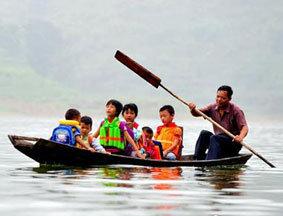 石兰松每天划船接送孩子
