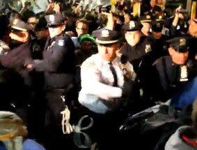 警察向示威者挥舞警棍