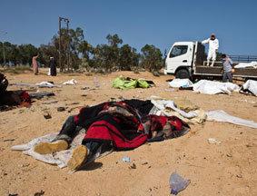 利比亚苏尔特志愿者清理卡扎菲支持者尸体