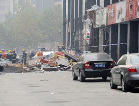 爆炸现场:临街广告牌被掀翻