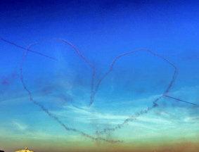 迪拜航展上演飞行表演压轴大戏