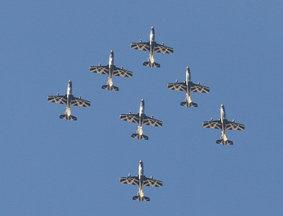 迪拜航展阿联酋国家飞行队精彩献艺