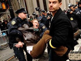 示威者封堵华尔街被捕