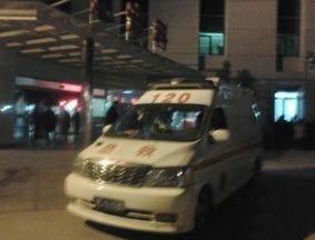 载三受伤学生的救护车赶到医院