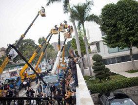 媒体用吊臂拍摄唐英年住宅违建