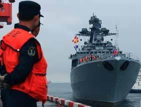 俄军舰艇抵达青岛