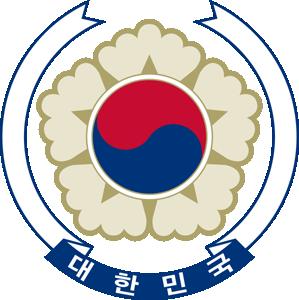 """圆面为五瓣的木槿花,中间为阴阳图案.绶带上写着""""大韩民国""""."""