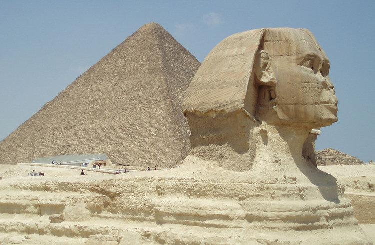 南的吉萨大金字塔近旁