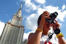 莫斯科街头拍照的女孩