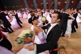 宴会上翩翩起舞的年轻男女