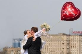 莫斯科情侣街头拥吻
