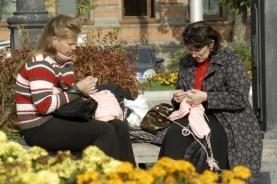 悠闲织毛衣的俄罗斯妇女