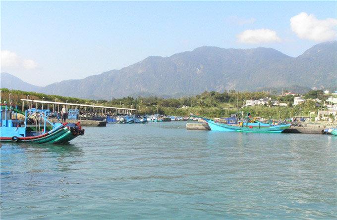 傍晚渔船返港是最热闹的时刻,游客来此除了可一览渔港小镇风光,瞧瞧有