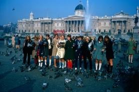 广场上喂鸽子的人们