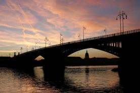 横跨水面的一座桥