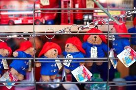 货架上摆放的玩偶