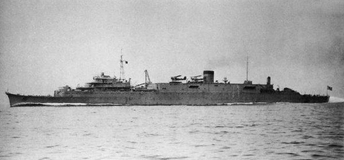 祥凤号是祥凤级航空母舰的一号舰,属于日本海军苦心经营在战前极力储备的轻型航母。这些航母原来都是潜水母舰或是给油舰,但在构造上已经为日后改造成航空母舰作好了准备,在舰桥、机库、升降机上都预留了相应的空间,以便战争爆发时可以紧急改造成航母使用。 祥凤号的前身是1934年的丸二计划中的给油舰剑埼号,在计划之初就是以航空母舰预备舰的身分起造,预计排水量 12,000 吨,速力 19 节,能撘载 4,000 吨的补给用重油。建造过程中从给油舰更改为潜水母舰,并在1939年1月15日以潜水母舰剑埼号的姿态竣工。