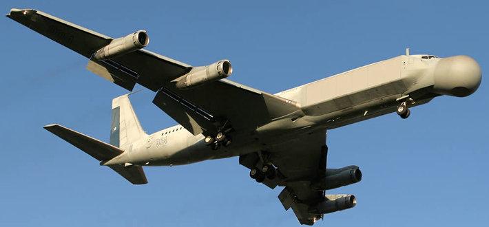 费尔康707在外形上不同于传统意义上的身背圆盘式的预警机,这因为它采用了环式布局的EUM-2075全固态电扫描相控阵雷达,在载机波音707的机鼻、机尾和机身两侧安装有天线阵列,可360扫描,反应速度远优于机械扫描。它也成为世界上第一种采用这类雷达的预警机。 该机性能优越,可探测雷达截面积很小的目标,总体性能与E-3不相上下,但价格只有后者的1/3,所以一出世就不同凡响,引起了轰动。