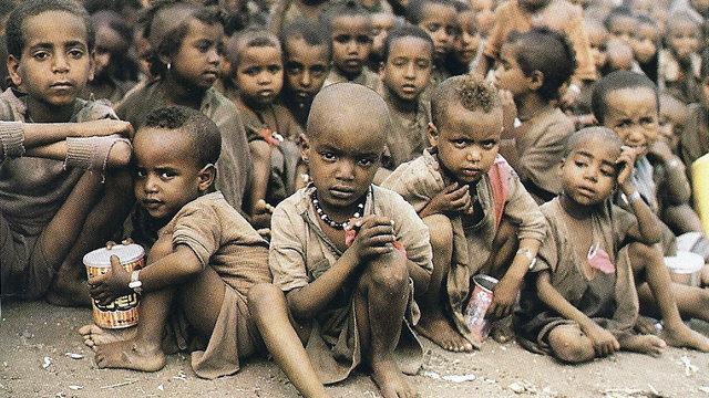 饥饿的图片可爱小孩